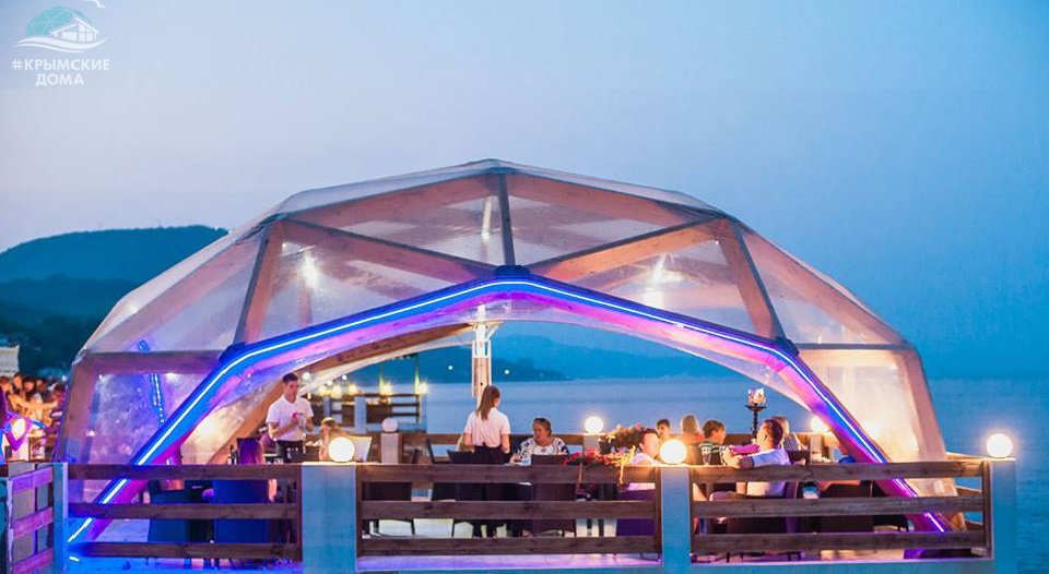 Ресторан в купольном деревянном шатре на причале