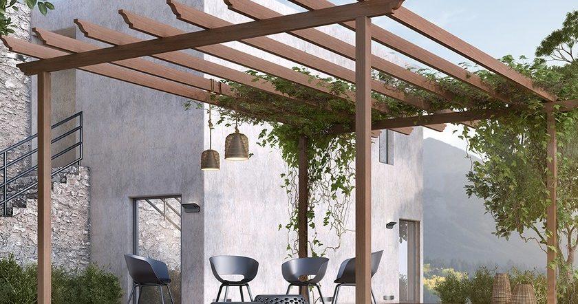 Деревянная пергола оплетенная растениями